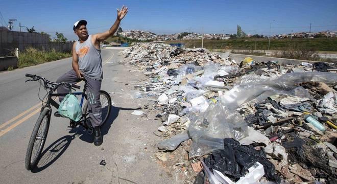 caminhoes-despejam-lixo-em-obra-parada-do-rodoanel